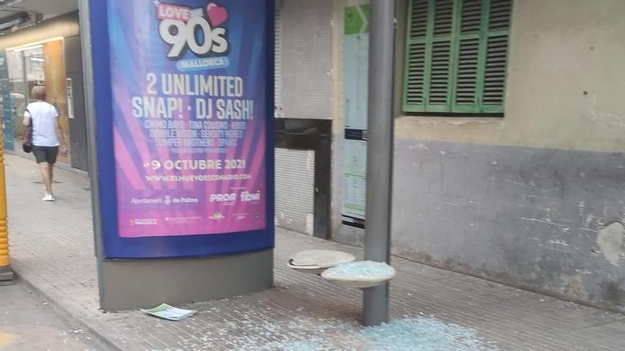 La EMT investiga la rotura del vidrio de una marquesina que hirió a dos niños en Palma