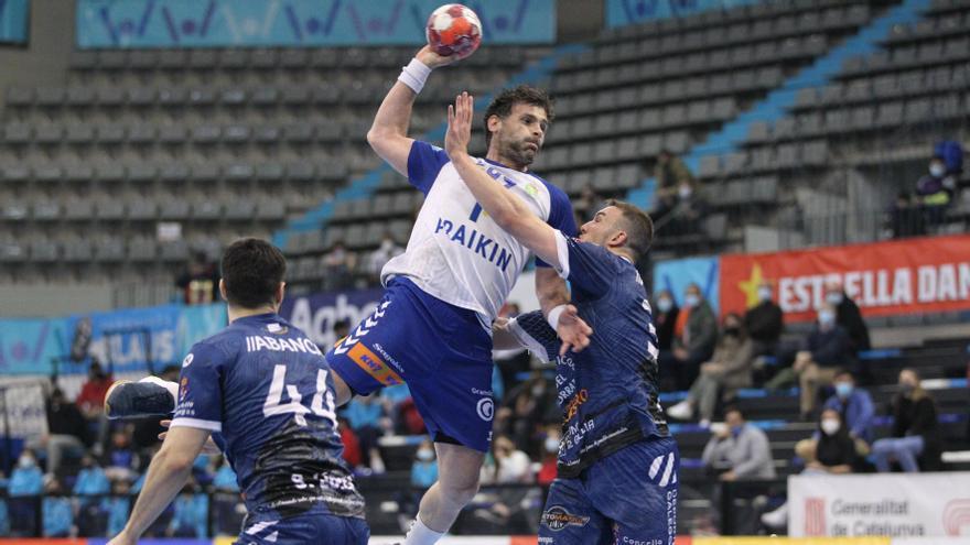 Martín defiende a Antonio García ante la mirada de Santi López.