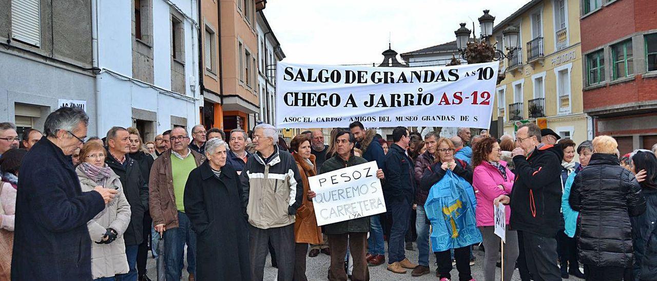 Protesta de vecinos y alcaldes de los municipios afectados, para reclamar una reforma integral del corredor del Navia