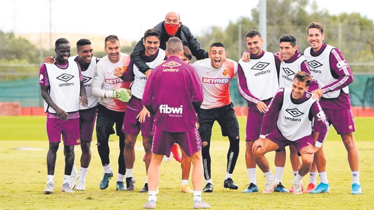 Dani Rodríguez bromea con sus compañeros.