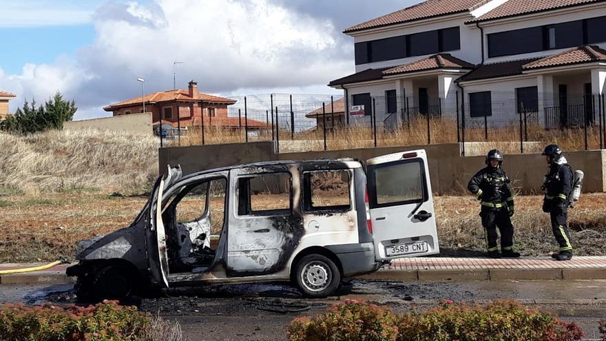 Las llamas calcinan una furgoneta en Benavente