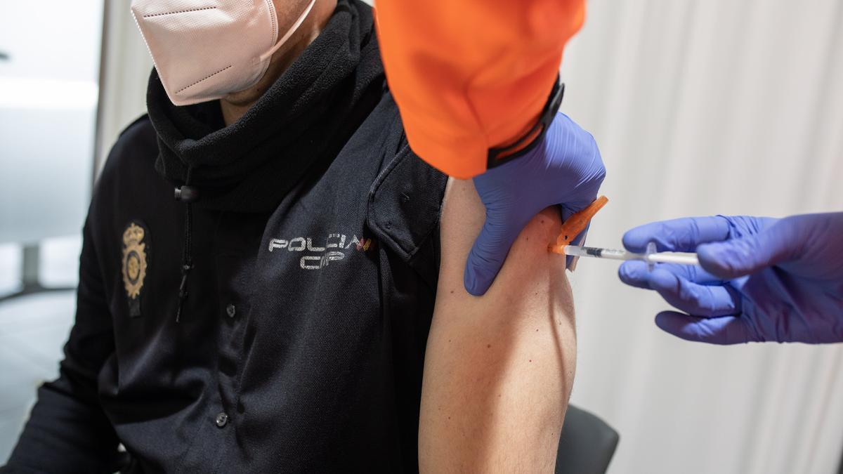 Un policía nacional, vacunado con AstraZeneca el pasado marzo en Zamora