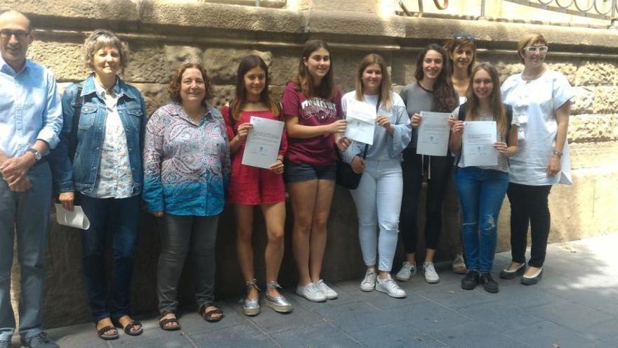 Alumnes de batxillerat lliuren els seus treballs de recerca a la Biblioteca del Casino