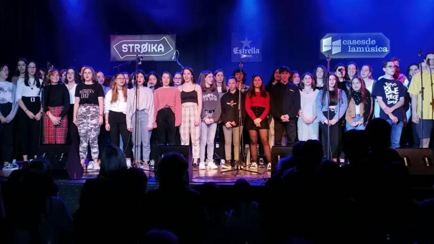 Alumnes de l'institut Lluís de Peguera mostren a la Stroika el seu projecte de música