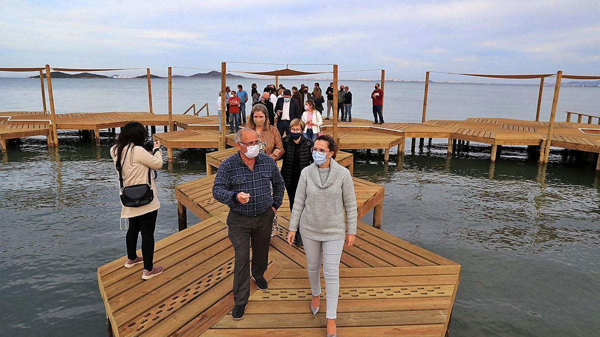 Representantes institucionales durante la inauguración del balneario de Los Urrutias. | JUAN CABALLERO