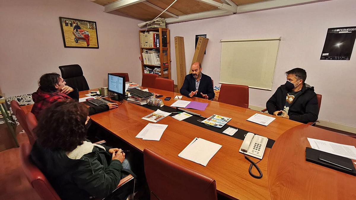La junta de portavoces celebrada ayer en la sala de juntas del Concello de Bueu.     // SANTOS ÁLVAREZ