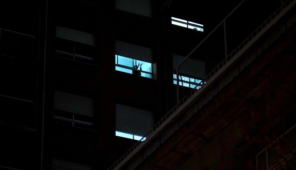MADRID. 17.03.2020. CORONAVIRUS. Aplausos en las ventanas del Hospital Universitario de la Princesa. FOTO: JOSE LUIS ROCA