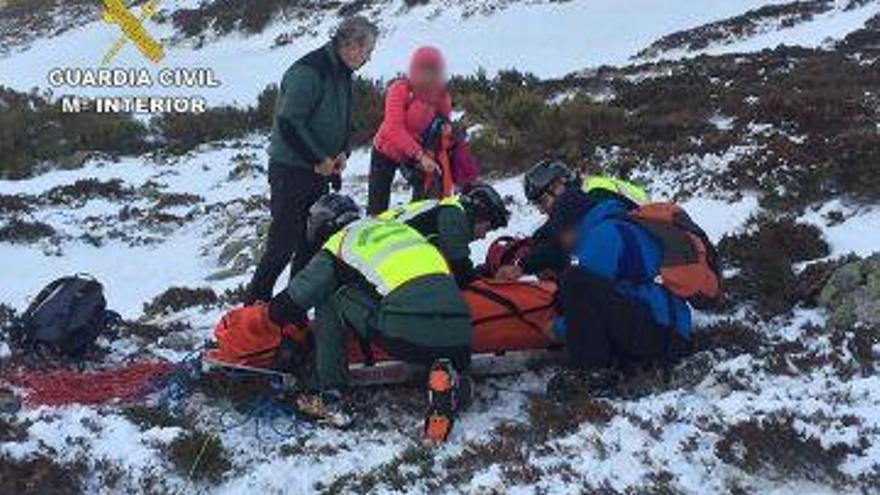 Rescatan a una senderista que cayó por una pendiente de 50 metros durante un ruta en San Isidro, León