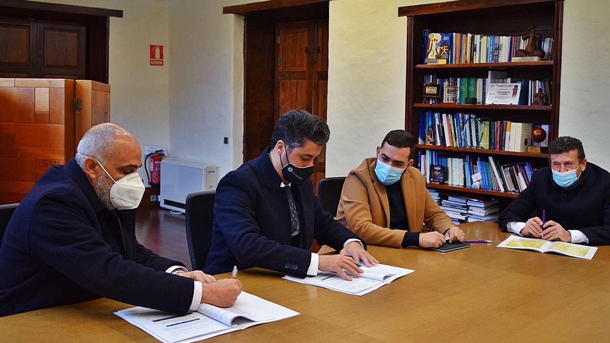El alcalde de La Laguna, Luis Yeray Gutiérrez (segundo por la izquierda), firma el acuerdo con Teidagua.
