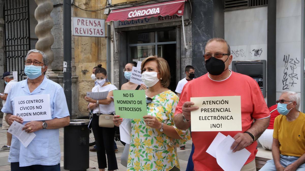 Protesta ante el Ayuntamiento para exigir la recuperación de personal y servicios en centros cívicos