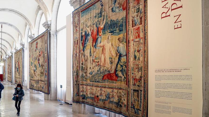 Rafael 'tapiza' las paredes del Palacio Real de Madrid