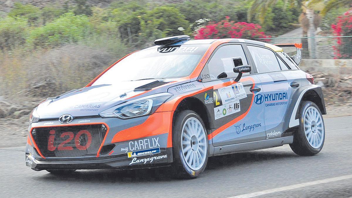 Yeray Lemes y Rogelio Peñate, con el Hyundai i20 R5, rodando ayer en el tramo de Maspalomas-Fataga.
