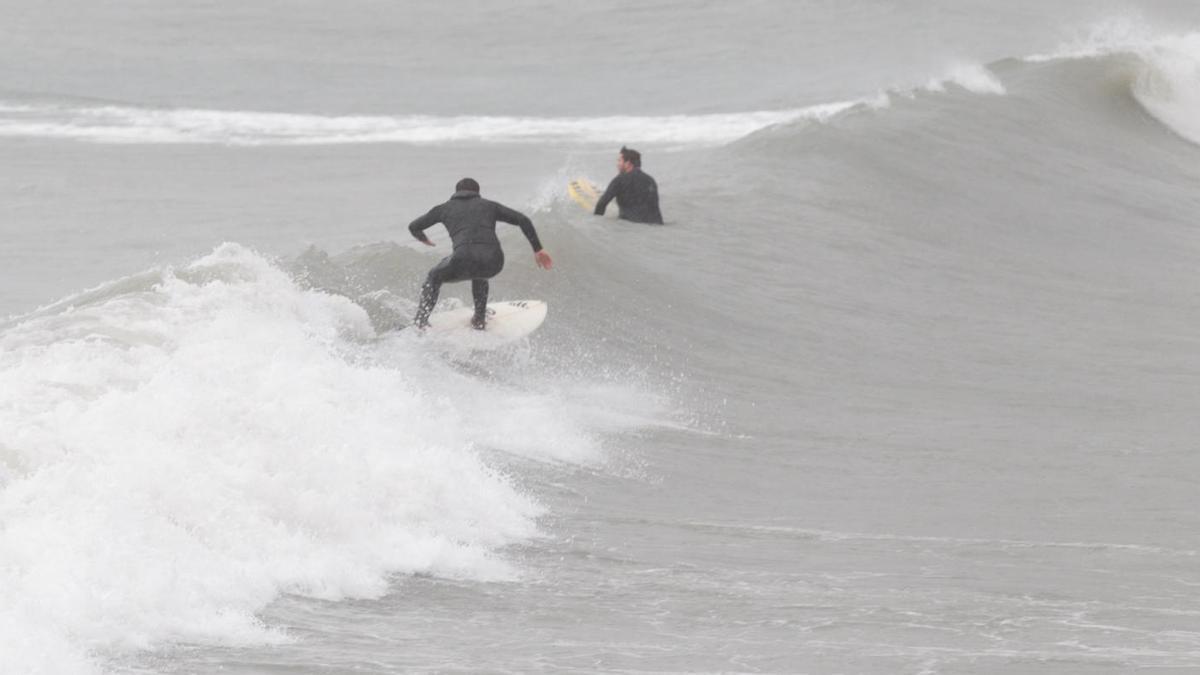El temporal costero azota la Albufereta.
