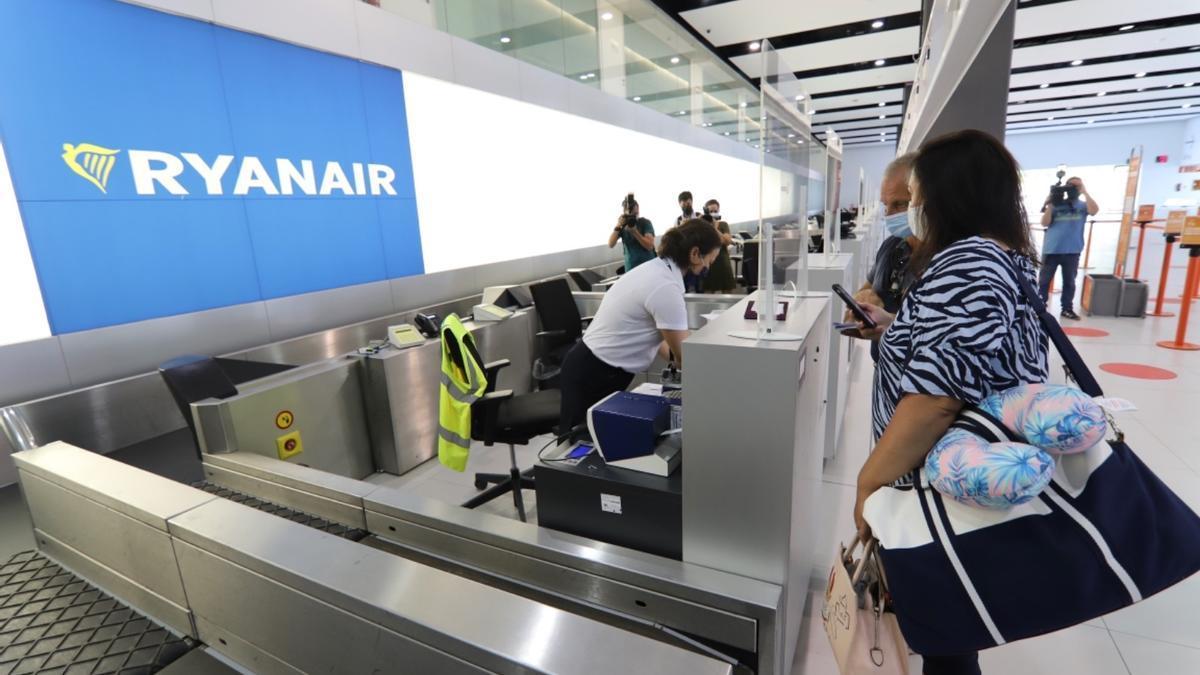 Una pasajera factura su equipaje, este lunes en el aeropuerto de Corvera.