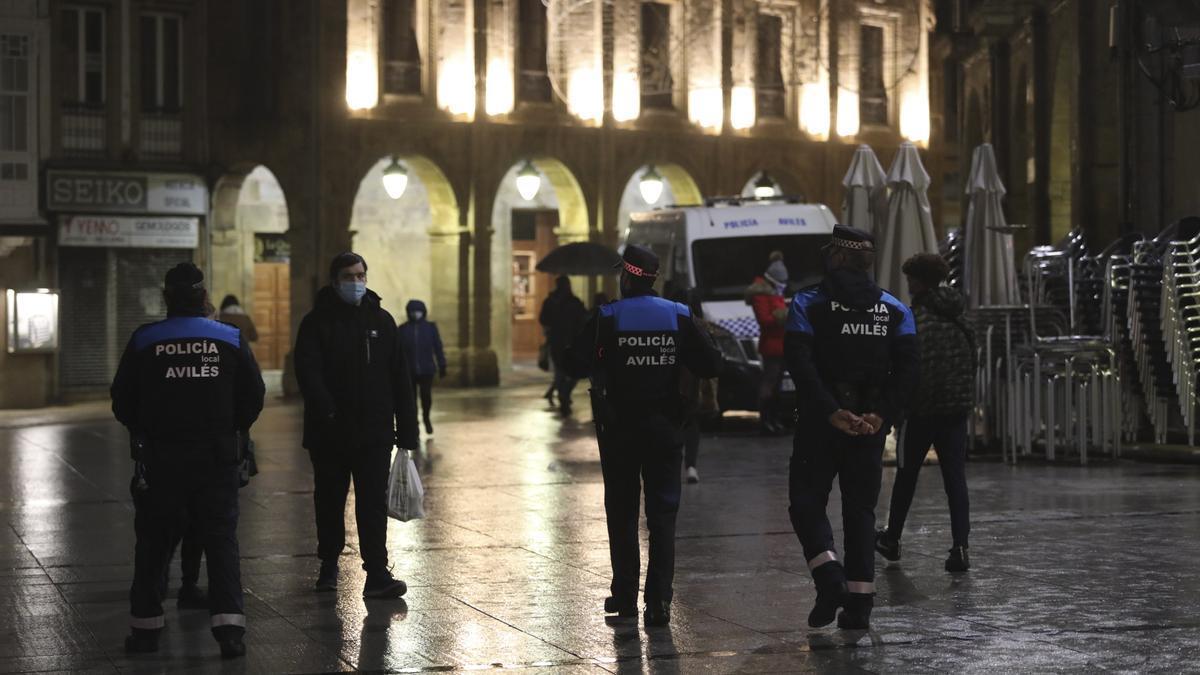 Un grupo de agentes de la Policía Local de Avilés, en el Parche, la tarde del jueves, haciendo ronda para verificar que las tiendas y los bares habían cerrado pasado las 8 de la tarde.
