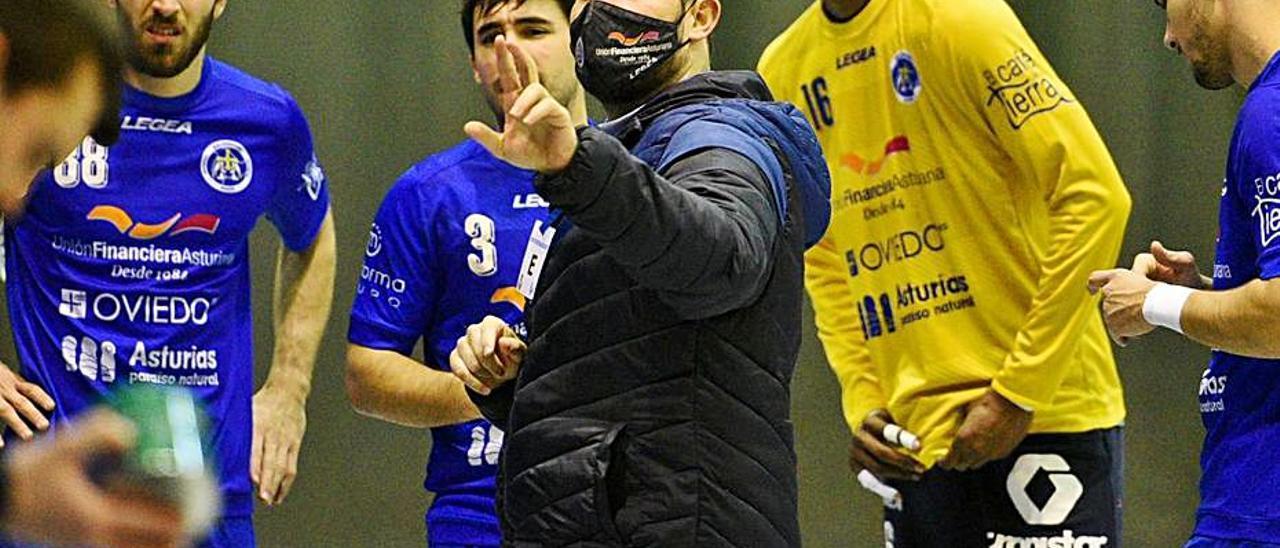 El técnico durante su etapa en Oviedo. | LEVANTE-EMV