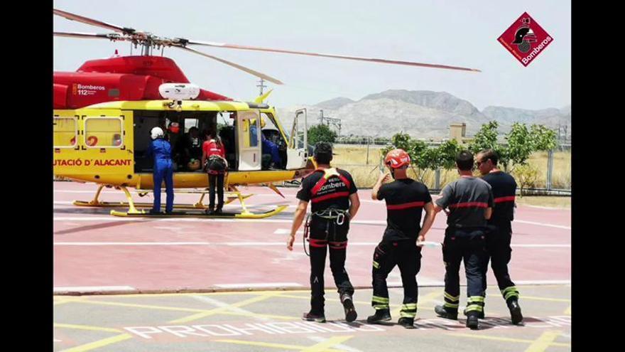 Los bomberos rescatan a un herido con politraumatismos en la playa Los Tiestos en Poble Nou