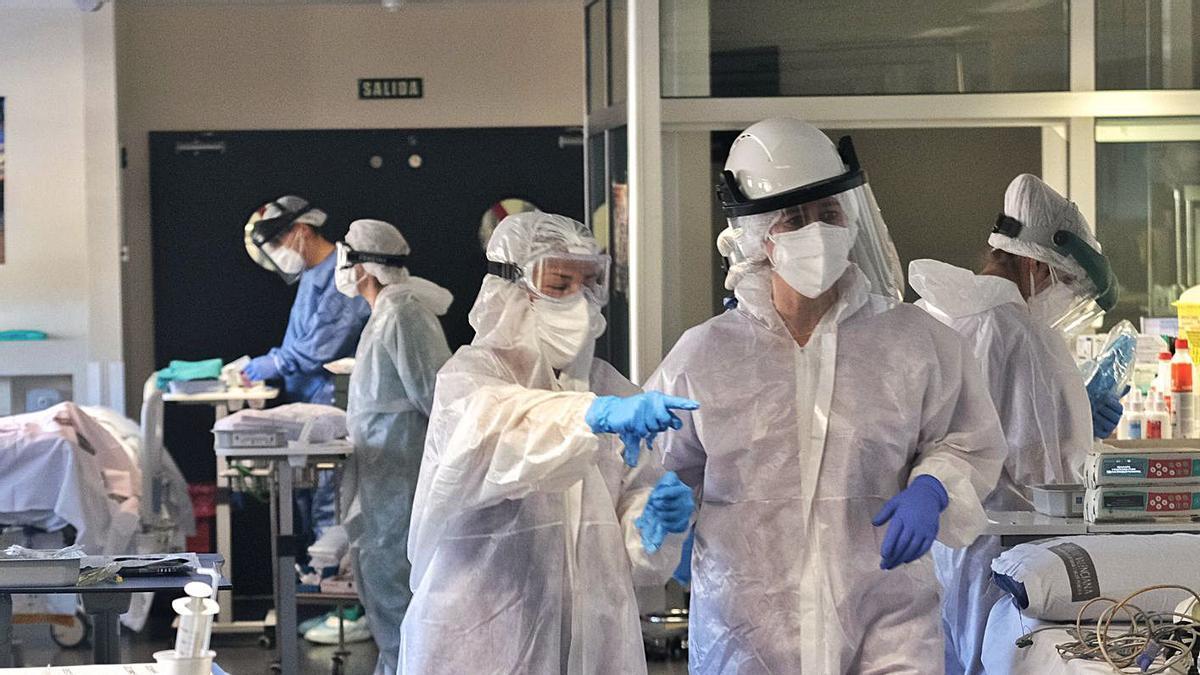 Personal sanitario trabaja en la UCI del Hospital General de Elda, en una foto de archivo.   ÁXEL ÁLVAREZ