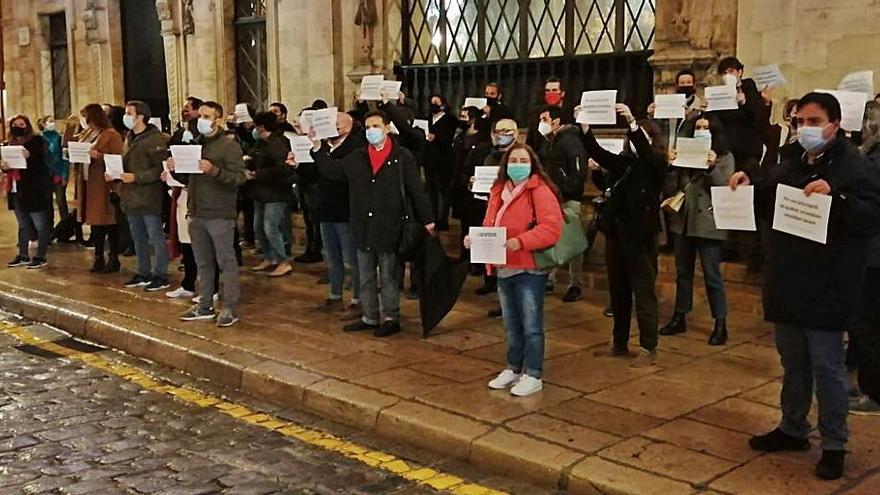 Un centenar de personas 'lanzan' desde Cort «un grito de socorro» por el periodismo
