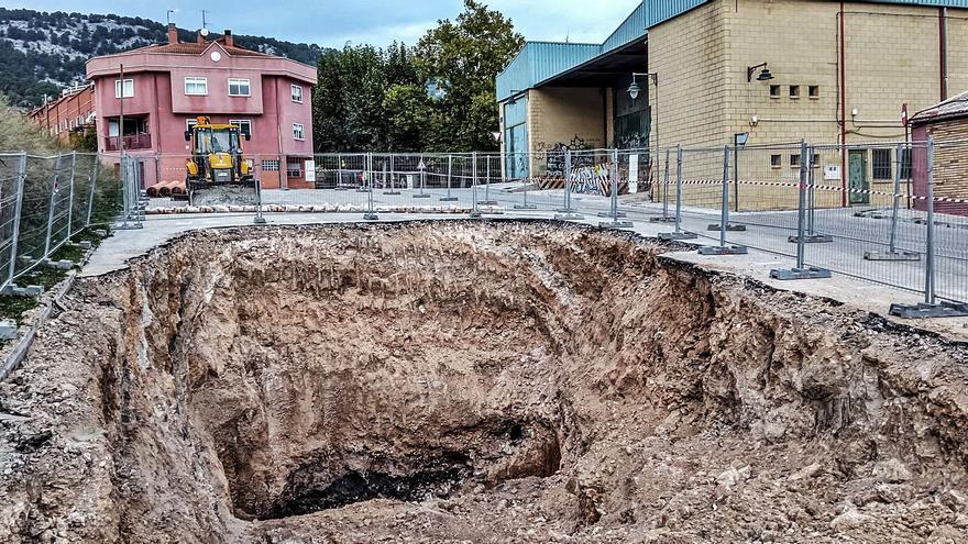 Gran socavón para localizar un colector en la mejora del alcantarillado de Batoy en Alcoy