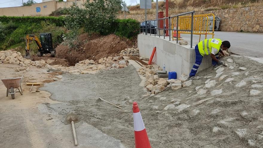 Los trabajos de acondicionamiento de la acera y escollera de la rambla de Almendricos en Lorca, en la recta final