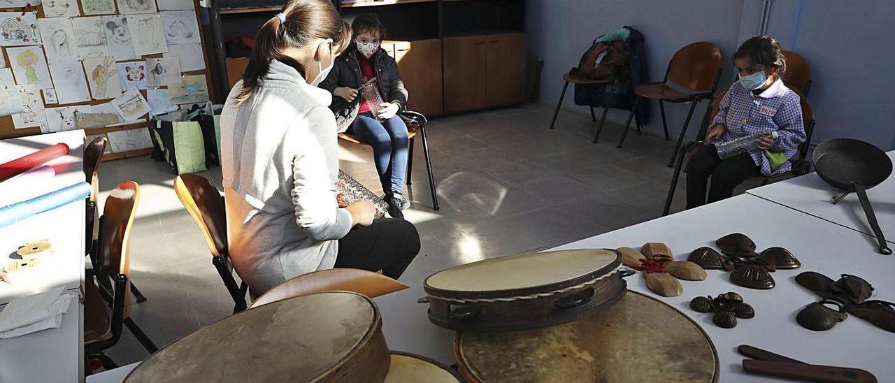 Taller de instrumentos tradicionales en la luz. El centro social de La Luz acogió ayer un taller sobre música tradicional. | Ricardo Solís