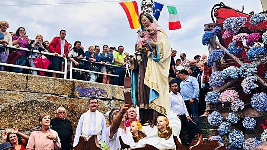 Sada celebra su procesión marítima y hoy se va de regata con hinchables y cucaña