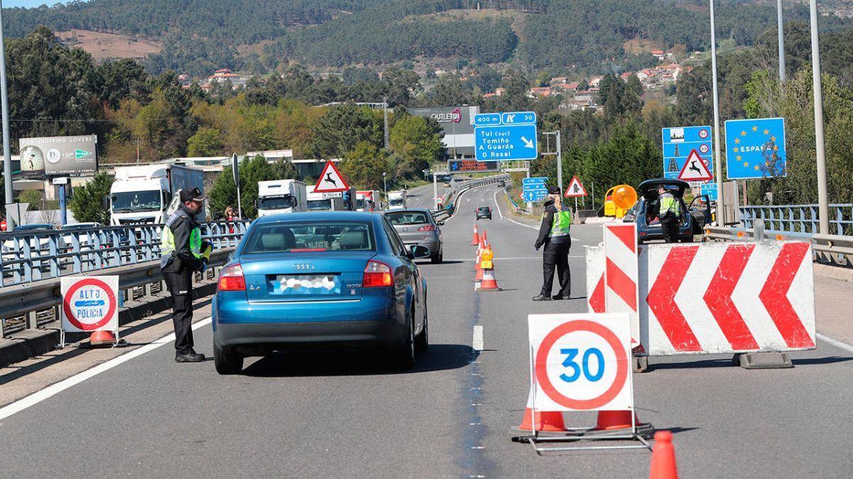 Un control en el puente entre Tui y Valença