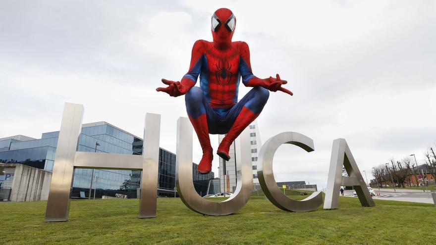 Así es Spiderman, el superhéroe del HUCA que rompe la rutina de los niños ingresados
