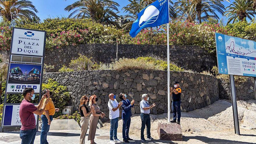 La bandera azul ondea ya en las cuatro playas de Adeje galardonadas este año