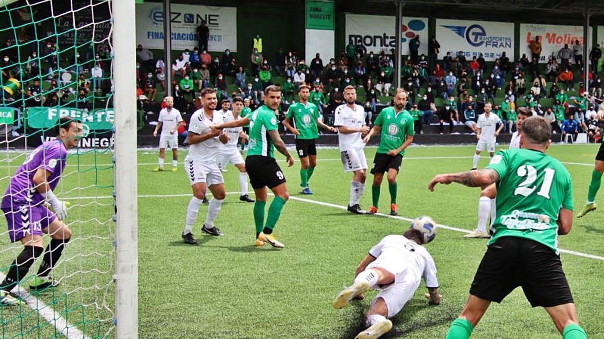 Una jugada del Atlético Paso-Tenisca, con 900 personas en la grada. | | JOSÉ AYUT