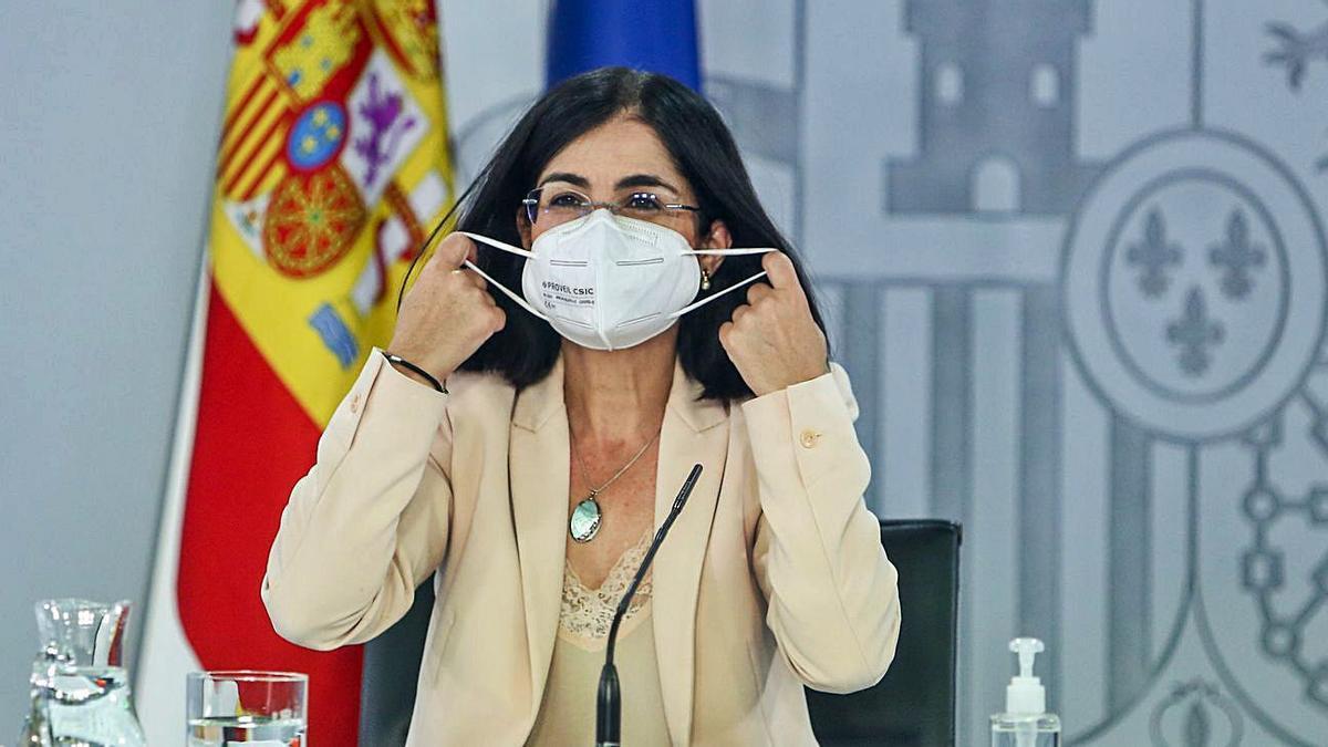 La ministra de Sanidad, Carolina Darias, se quita la mascarilla en su comparecencia de ayer.     // RICARDO RUBIO