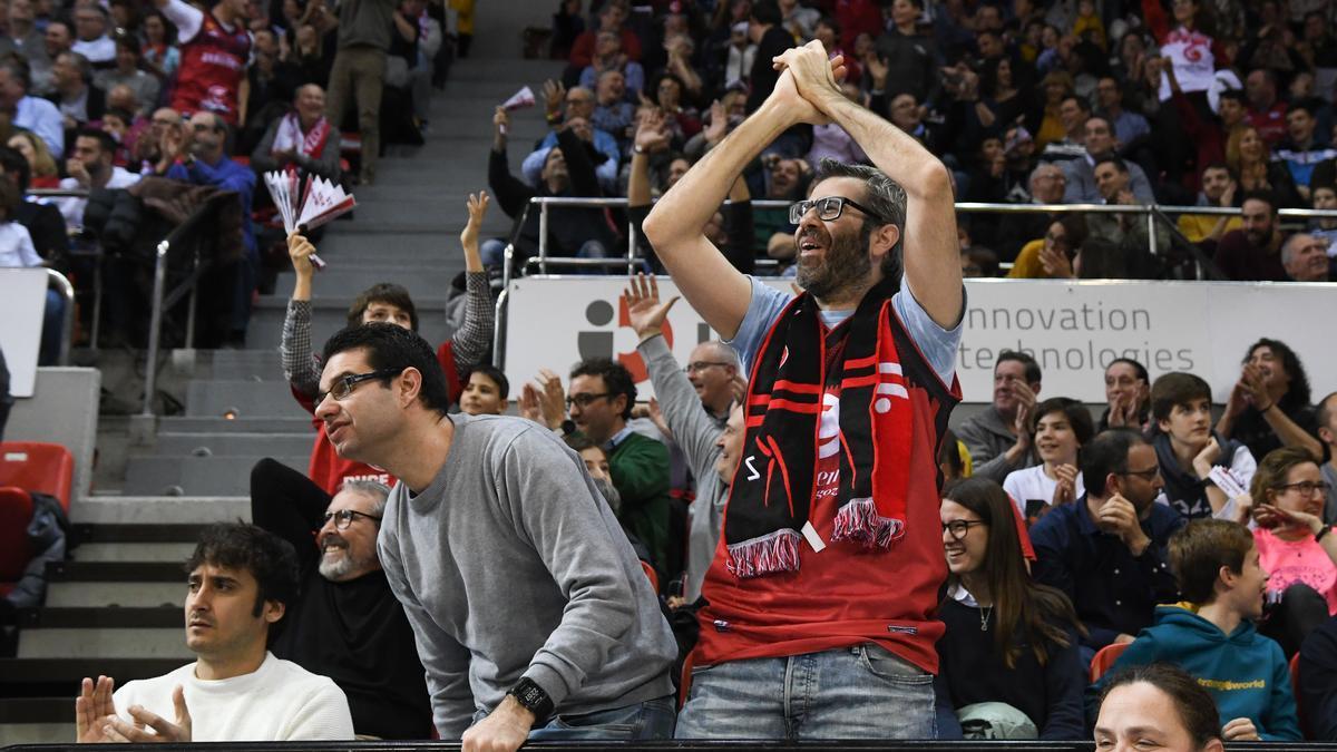 Un aficionado aplaude al equipo en una imagen de archivo