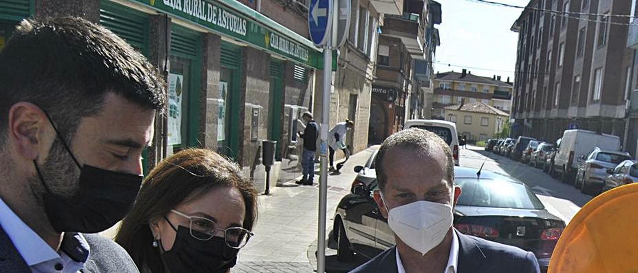 Por la izquierda, David Mon, Paz Orviz y Ángel Hervella, ayer, en Lugo de Llanera. | A. I.
