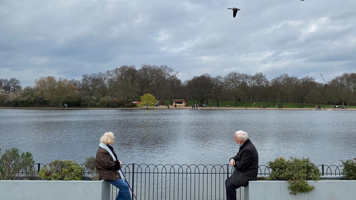Una pareja de mayores conversa en Hyde Park, en Londres