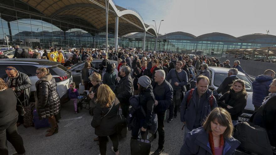 Más de una docena de vuelos desviados a Corvera por el incendio en el aeropuerto de Alicante