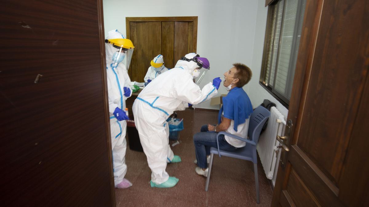 Los vecinos de Oencia (León) se someten a pruebas para detectar el COVID.
