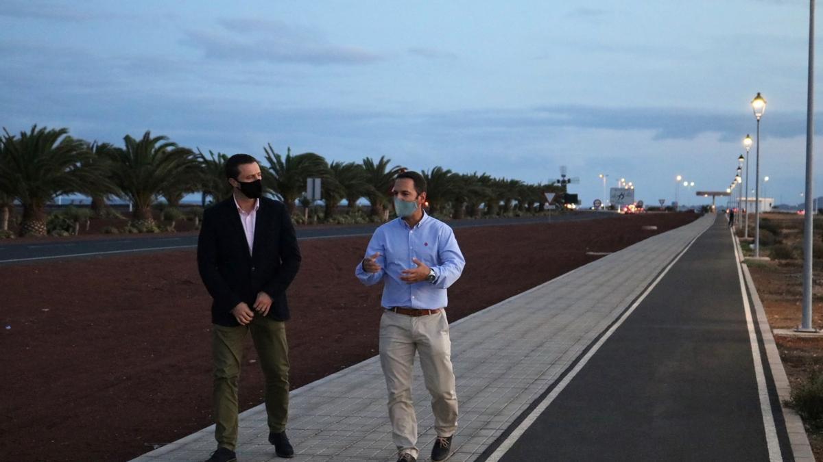 Óscar Noda (izquierda) y Jonathan Lemes, junto al carril bici de Playa Blanca