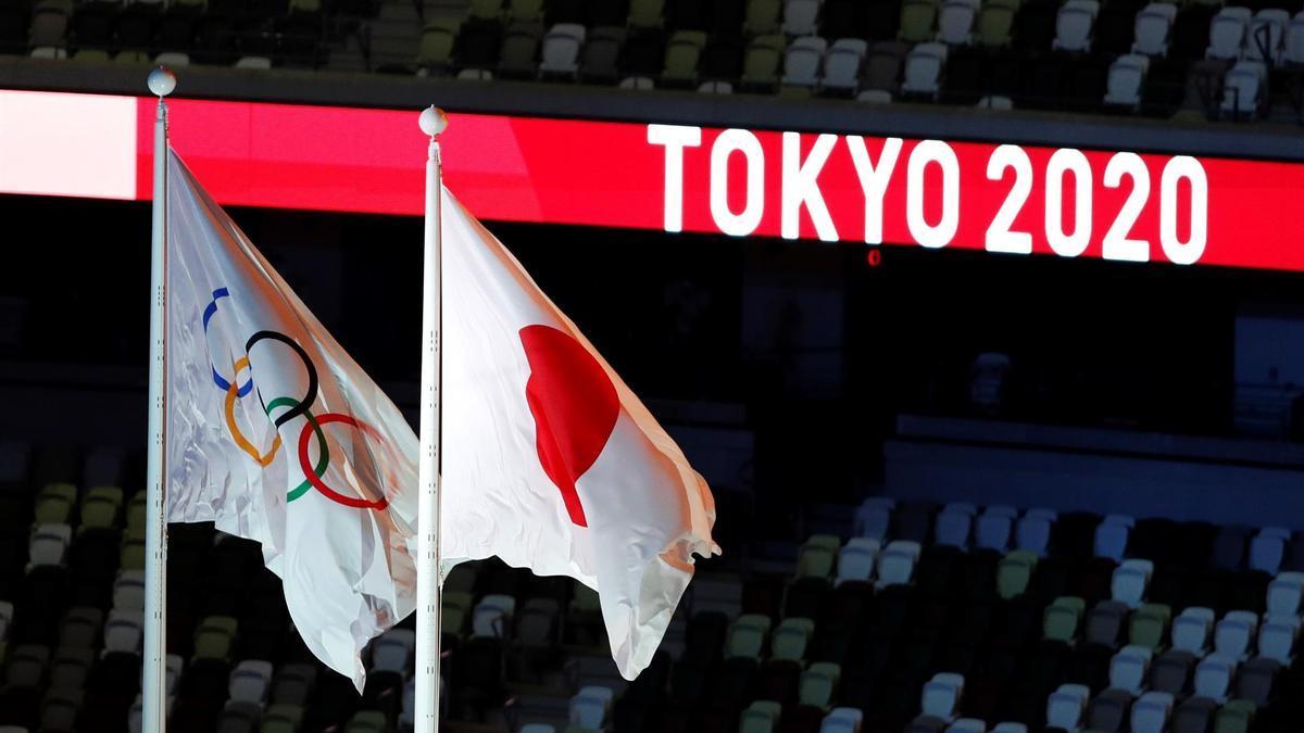La bandera olímpica y de Japón, en el Estadio de Tokio.