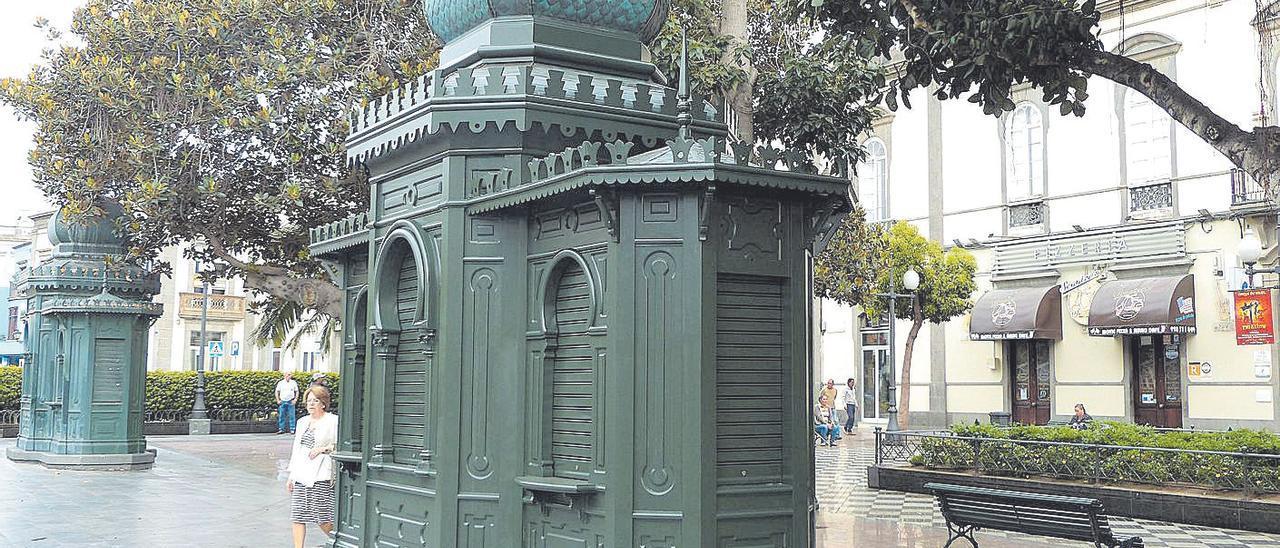 Imagen de dos de los tres kioscos modernistas de la plaza de Las Ranas.