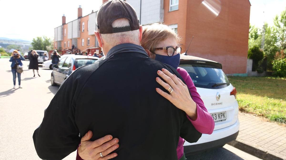 Antonia y José se abrazan a las puertas de su casa tras el desahucio.