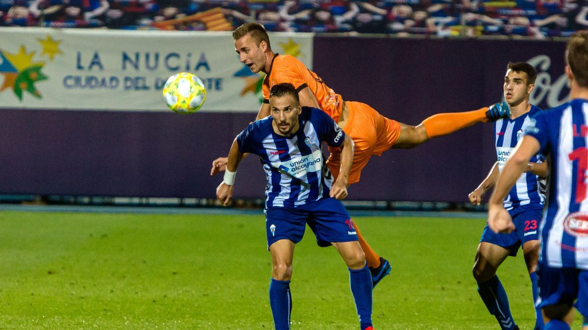 Óscar Díaz pelea un balón en el choque contra el Atzeneta de play-off.