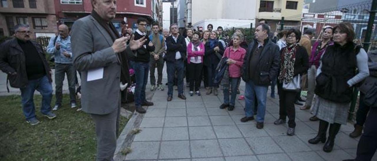 El arquitecto Juan Palop-Casado, en primer término, durante el recorrido por Guanarteme, ayer.