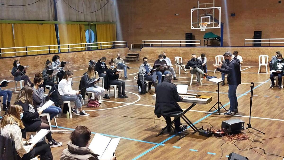 Un moment de l'assaig del musical que ha tornat a posar-se en solfa aquest febrer amb la intenció d'estrenar-lo per la festa major