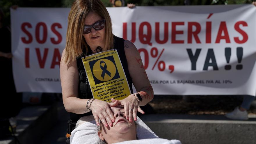 """Las peluquerías claman contra el IVA del 21%: """"Nos dijeron que era algo temporal"""""""