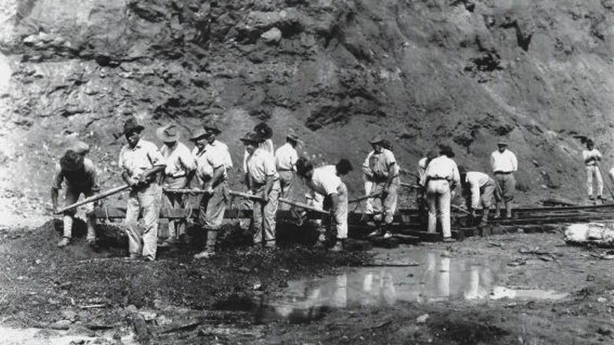 Obreros gallegos trabajando en el Canal de Panamá. |   // FDV