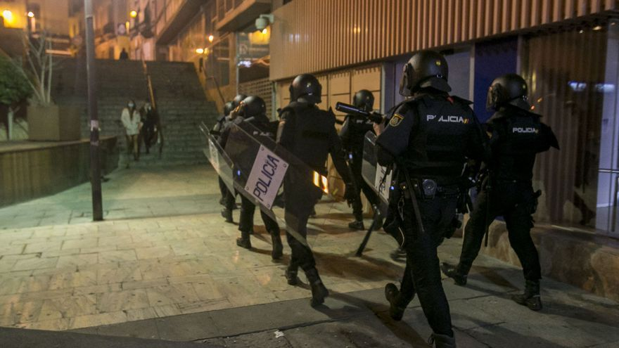 Un grupo de jóvenes negacionistas se enfrenta a la Policía Nacional en el centro de Alicante