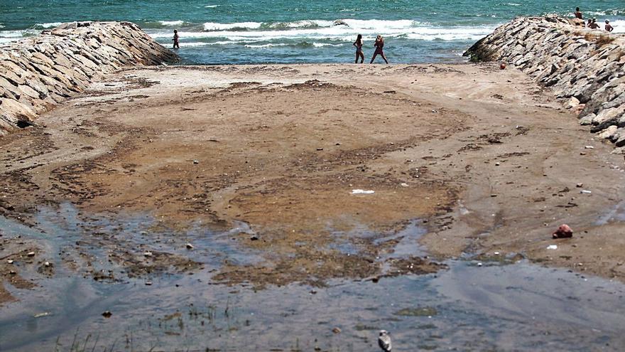 La Fiscalía ve delito en la cloración de acequias por los vertidos a las playas