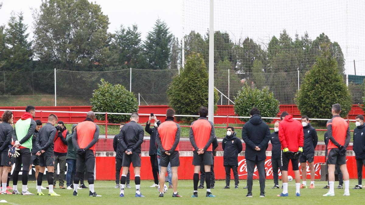 La plantilla del Sporting guarda un minuto de silencio en memoria de Quini.