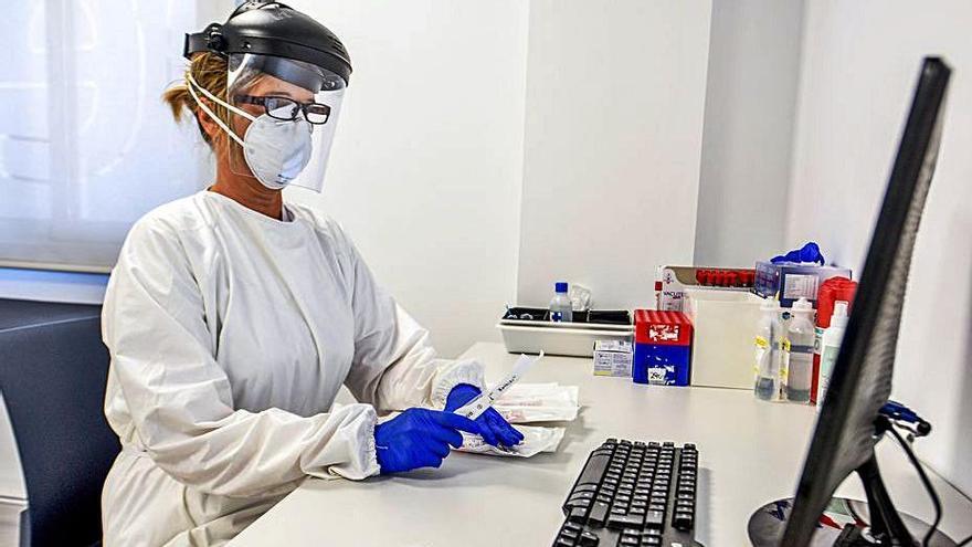 Quirónsalud rompe los precios y ofrece PCR a 50 euros para grupos